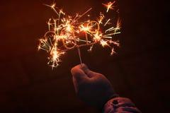 Ręki mienie zapala 2019 Sparkler zdjęcia stock