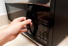Ręki mikrofali otwarty drzwi Obraz Royalty Free