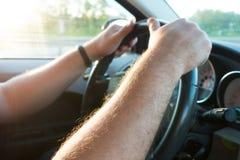 Ręki na kierownicie kierowca Obrazy Stock