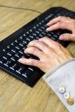 Ręki na klawiaturze Zdjęcia Royalty Free