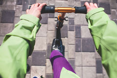 Ręki na kole hulajnoga Zdjęcia Stock