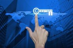 Ręki odciskania prawa autorskiego klucza ikona nad mapy i miasta basztowym backgro Zdjęcia Stock