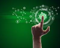 Ręki odciskania zieleni wirtualny guzik Fotografia Stock