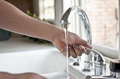 Ręki Operacyjny Faucet Zdjęcia Royalty Free