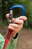 Ręki otwarcia carabiner góra Obrazy Stock