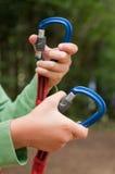 Ręki otwarcia carabiner góra Fotografia Stock