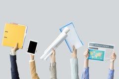 Ręki podnosi biurowe rzeczy Obrazy Stock