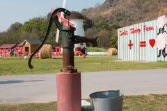 Ręki pompa wodna - retro styl Fotografia Royalty Free