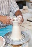 Ręki pracuje na ceramicznym kole Fotografia Royalty Free