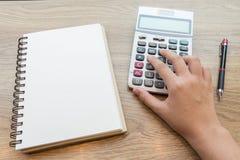 Ręki pracuje z kalkulatorem biznesowa kobieta Zdjęcie Royalty Free
