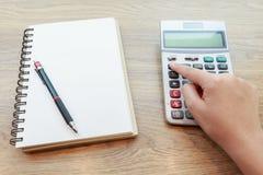 Ręki Pracuje z kalkulatorem kobieta Obrazy Stock
