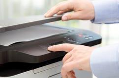 Ręki prasy guzik na panelu drukarka Obraz Stock