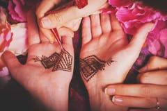 Ręki przedstawia mehendi Zdjęcia Royalty Free