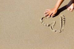 Ręki rysunkowy serce w piasku royalty ilustracja