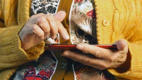 Ręki smartphone i stara kobieta z bliska Zdjęcia Royalty Free