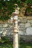 Ręki stara pompa wodna - retro styl Obraz Royalty Free