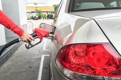 ręki tankuje gaz samochód Zdjęcia Royalty Free