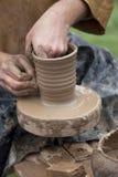 Ręki target737_1_ na ceramicznym kole Zdjęcia Stock