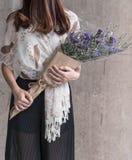 Ręki trzyma bukiet kwiat Zdjęcia Royalty Free