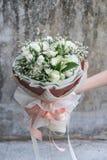 Ręki trzyma bukiet kwiat Fotografia Stock