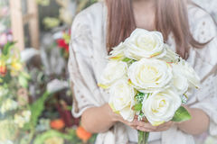 Ręki trzyma bukiet kwiat Zdjęcie Royalty Free