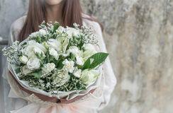 Ręki trzyma bukiet kwiat Obrazy Royalty Free