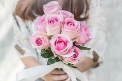Ręki trzyma bukiet kwiat Zdjęcia Stock