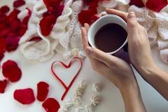 Ręki trzyma czerwonego kubek kawa Zdjęcie Stock