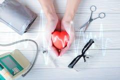 Ręki trzyma czerwonego serce z medycznym zastrzykiem Fotografia Royalty Free