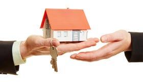 Ręki trzyma dom z kluczami Zdjęcia Royalty Free