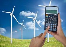 Ręki trzyma kalkulatora na wiatrowym gospodarstwie rolnym przeciw niebu Obraz Stock