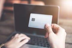 R?ki trzyma kredytow? kart? i u?ywa laptop dof r?ce karty ogniska p?ytki zakupy online bardzo zdjęcie royalty free