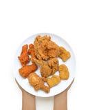 Ręki trzyma pieczonego kurczaka na talerzu Obraz Stock