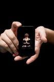 Ręki Trzyma Smartphone, pokazuje krasnoludka Obrazy Royalty Free