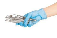 Ręki trzyma stomatologicznych instrumenty Obrazy Stock