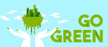 Ręki trzyma zielonego miasto dla planety ekologii Fotografia Stock
