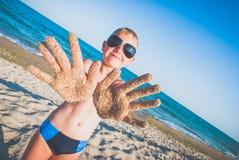Ręki w piasku Zdjęcia Stock