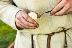 Ręki woodcarver Zdjęcia Royalty Free