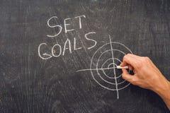 Ręki writing celów Ustalony temat na chalkboard Obraz Royalty Free