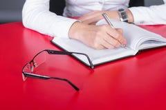 Ręki writing na notatniku Zdjęcie Royalty Free