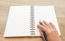 Ręki writing na notatniku Zdjęcia Stock