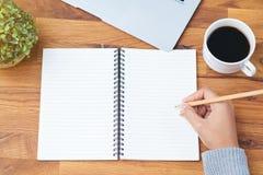 Ręki writing notatnik Obrazy Royalty Free