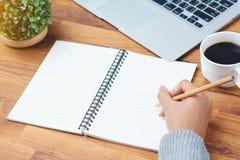 Ręki writing notatnik Zdjęcia Royalty Free