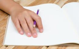Ręki writing w otwartym notatniku na stole Fotografia Royalty Free