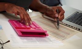 Ręki z kalkulatorem Obrazy Royalty Free