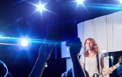 Ręki z pastylka komputerem osobistym bierze wideo muzyka koncert Zdjęcie Stock
