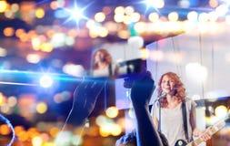 Ręki z pastylka komputerem osobistym bierze wideo muzyka koncert Obrazy Stock