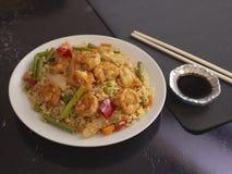 R?kor med Cantonese stil f?r ris och f?r gr?nsaker p? en vit platta med soya royaltyfria foton