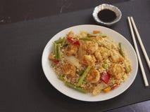R?kor med Cantonese stil f?r ris och f?r gr?nsaker p? en vit platta med soya arkivfoton
