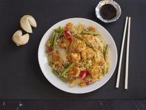 R?kor med Cantonese stil f?r ris och f?r gr?nsaker p? en vit platta med soya royaltyfri fotografi